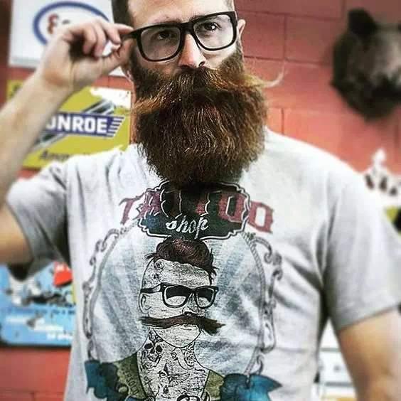 Barba larga o hipster en hombre con gran bigote