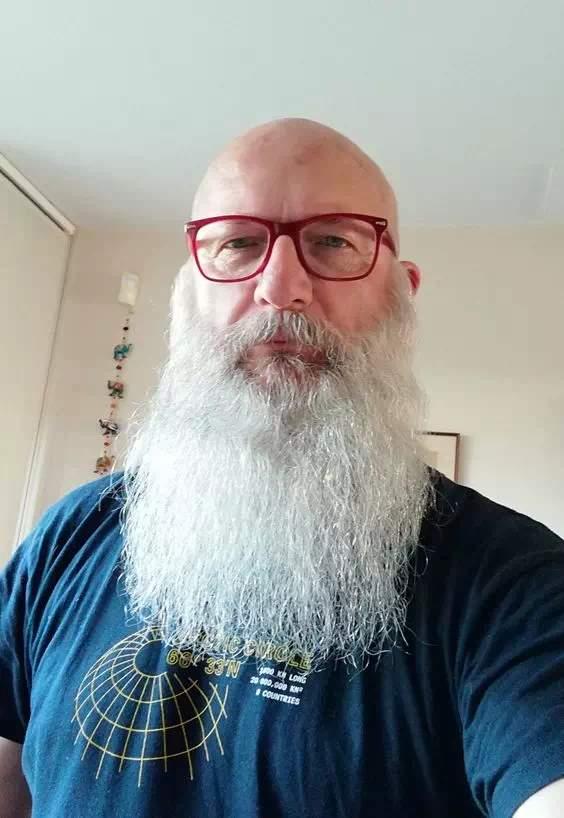 Barba larga y blanca en hombre mayor