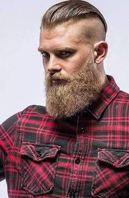 Barba semi larga y grande arreglada