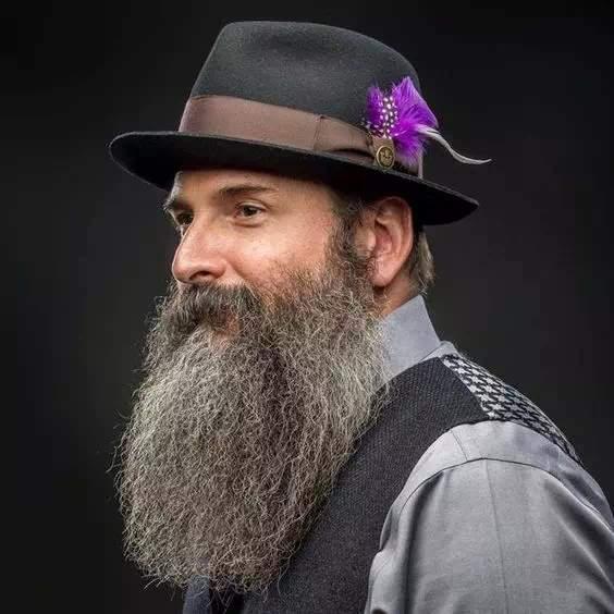 Hombre canoso con barba bien larga y sin arreglar