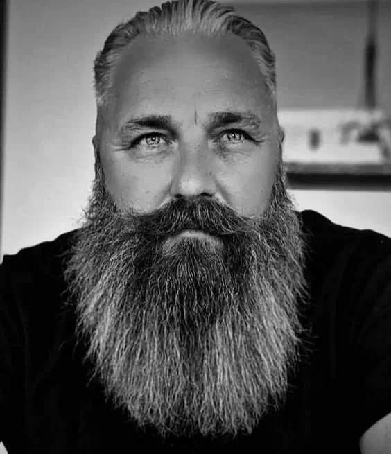 Hombre canoso con barba larga