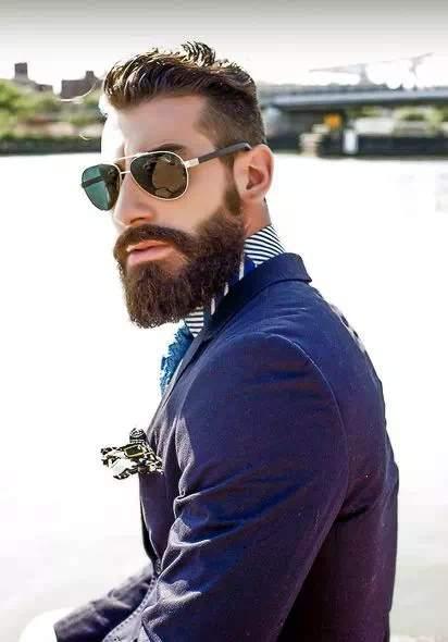 Hombre con Barba Espartana en traje