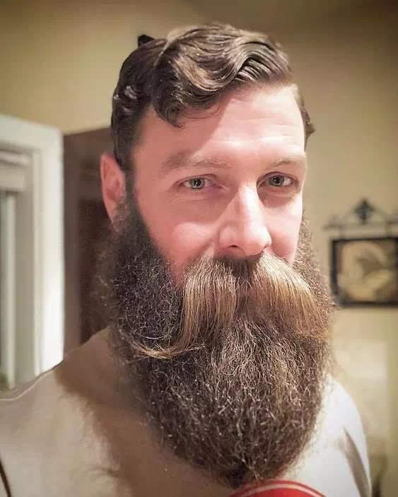 Hombre con Barba Larga y bigote largo