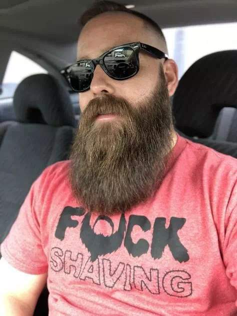 Hombre con barba larga natural con cortes