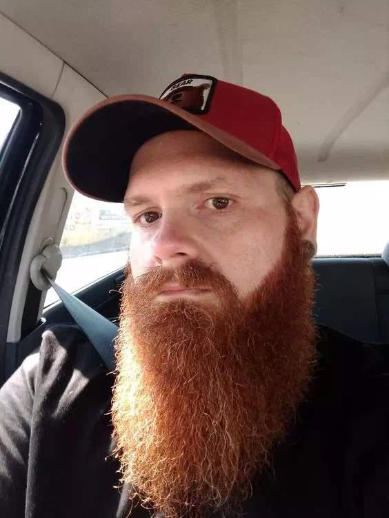 Hombre con barba larga pelirojo