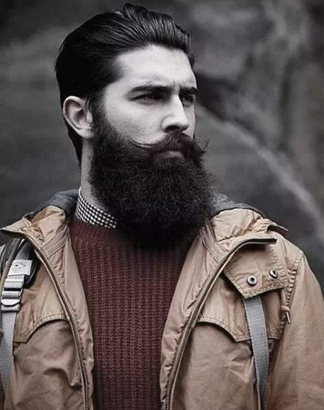 Hombre con barba negra y larga