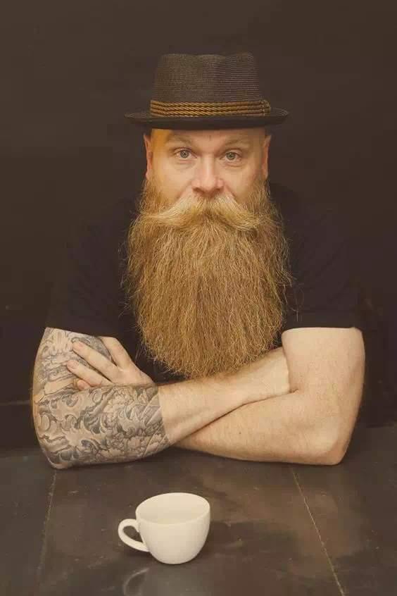 Hombre con barba peliroja bien arreglada y bien larga