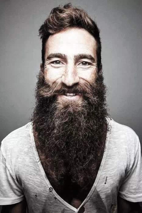 Hombre con barba y bigote riendo