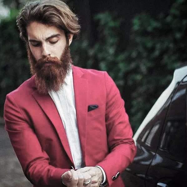 Hombre con estilo y barba larga
