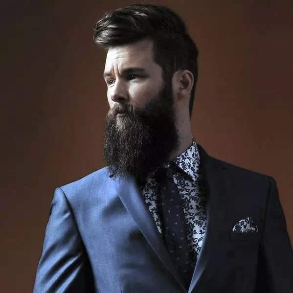 Hombre con traje y barba larga