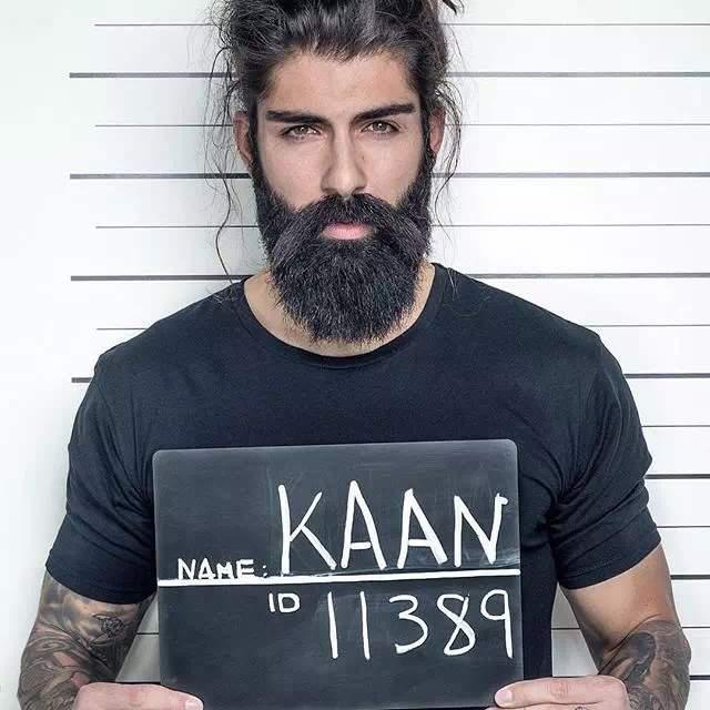 Hombre joven con Barba espartana y bigote