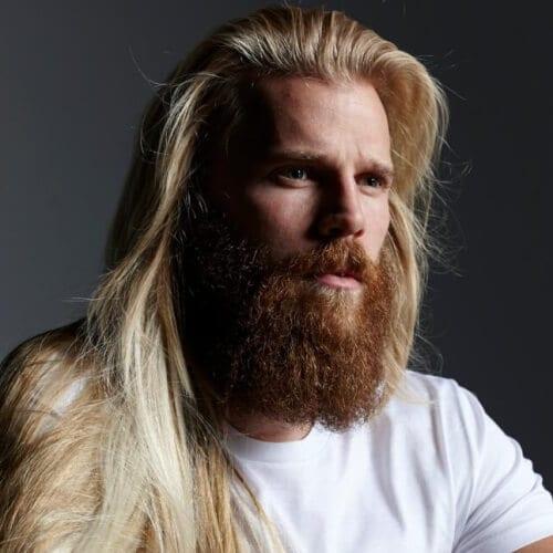Hombre joven con pelo largo y barba espartana mediana