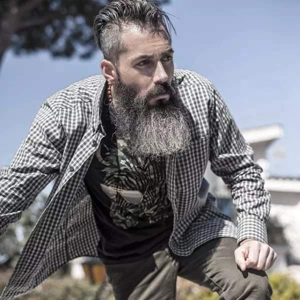 Hombre mayor con barba canosa y muy larga