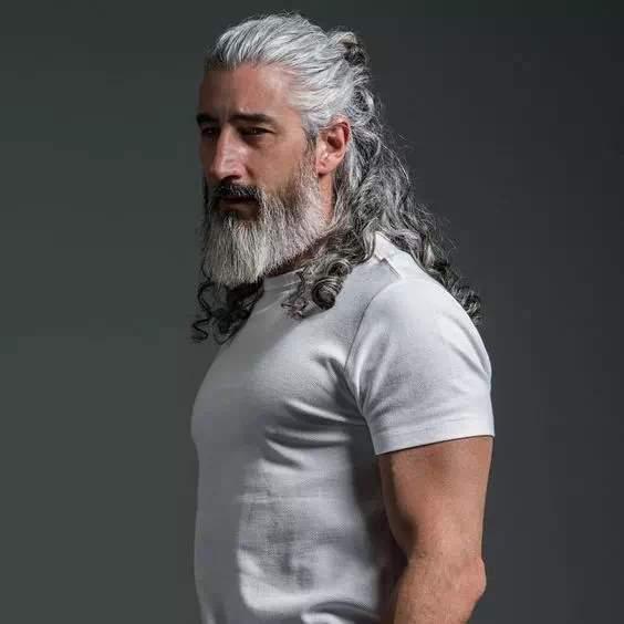 Hombre mayor con barba espartana con canas