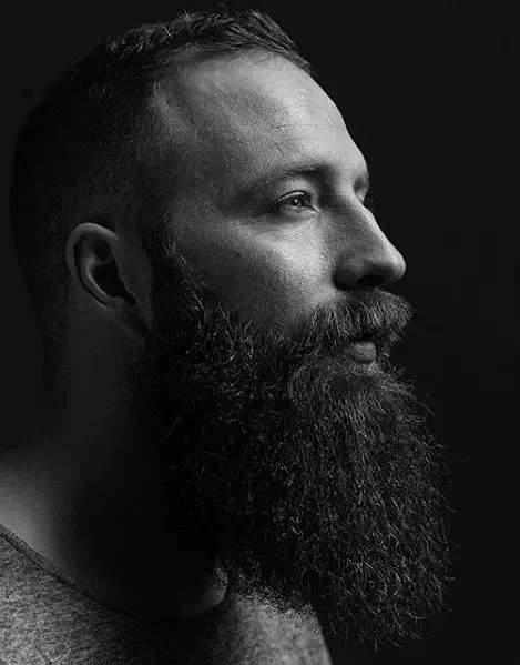 Hombre moderno con una gran barba larga