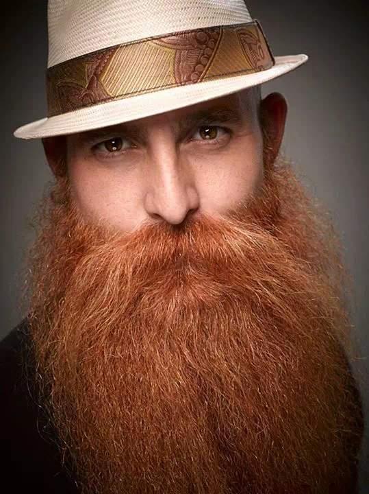 Hombre pelirojo con barba larga