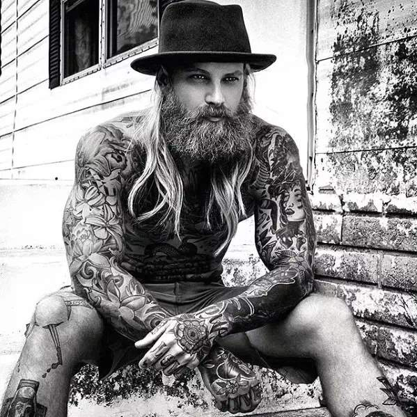 Hombre rubio con barba semi larga moderna