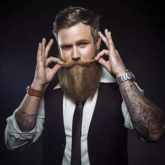 Joven con barba larga y bigote