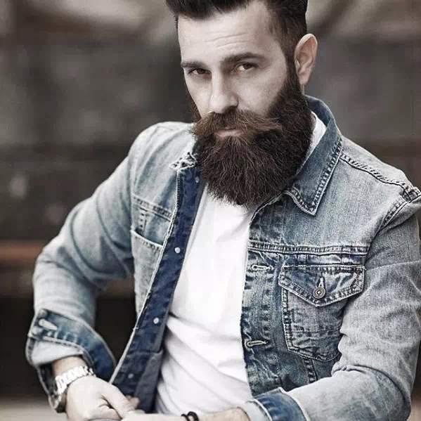 Joven con barba semi larga con estilo