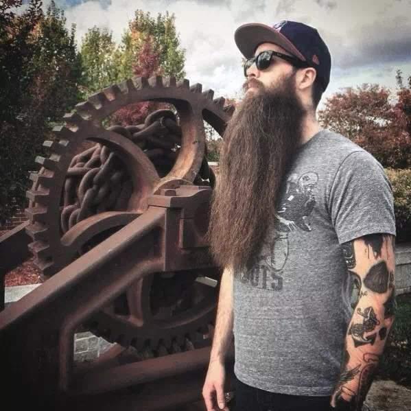 barba bien larga y sin arreglar en hombre con tatuajes
