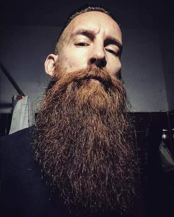 barba larga con bigote sin arreglar