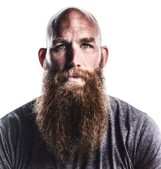 barba larga rizada sin arreglar en hombre calvo