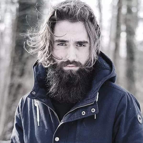 barba semilarga en hombre moderno