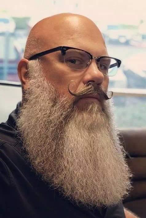 barba tupida y larga canosa en hombre con bigote y calvo