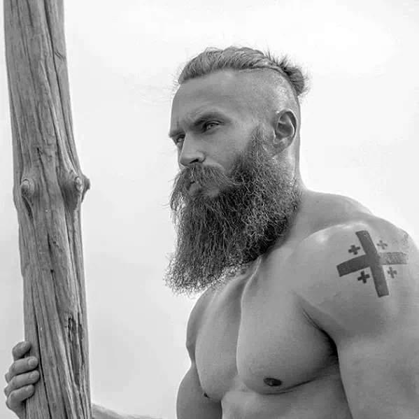 hombre fuerte con barba larga