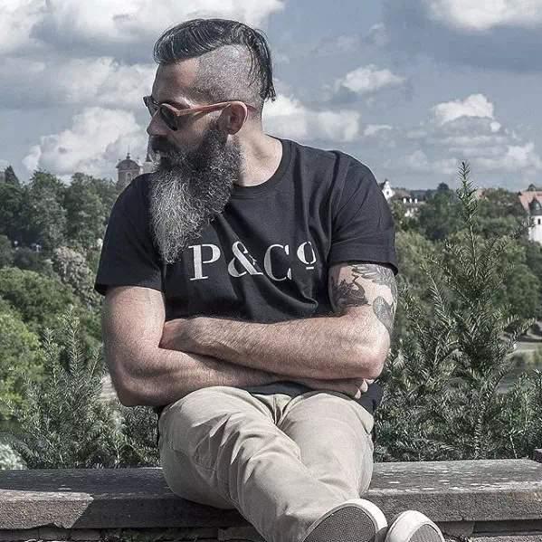 hombre joven con barba canosa y larga