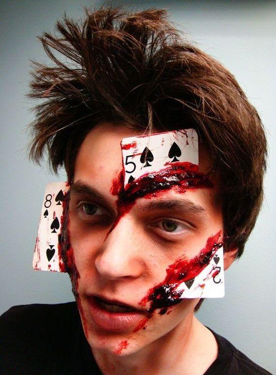 Maquillaje de halloween para hombre con cartas y sangre