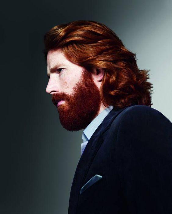 Hombre mayor con melena larga y barba roja natural