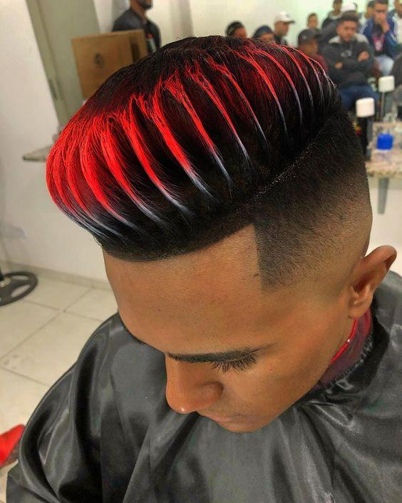 Corte de cabello con cortes y cabello rojo arriba con diseño en las puntas