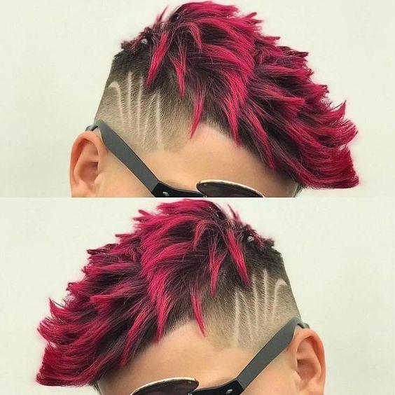 Corte con degradado y lineas color de pelo rojo