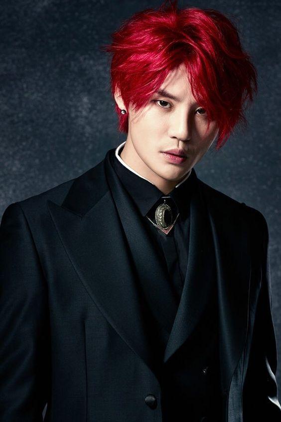Joven asiatico conb pelo largo Rojo