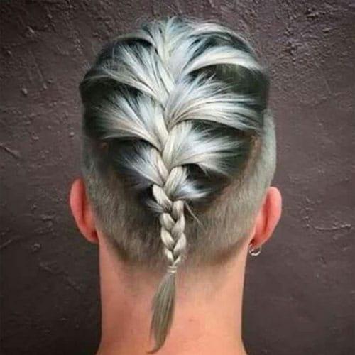 Hombre con trenza francesa y pelo blanco