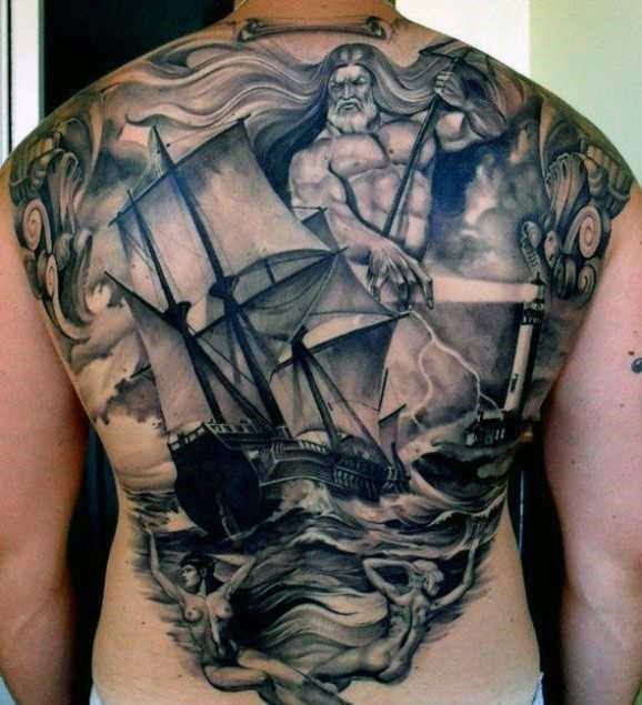 Tatuaje Griego de barco y poseidon en el mar en la espalda de hombre
