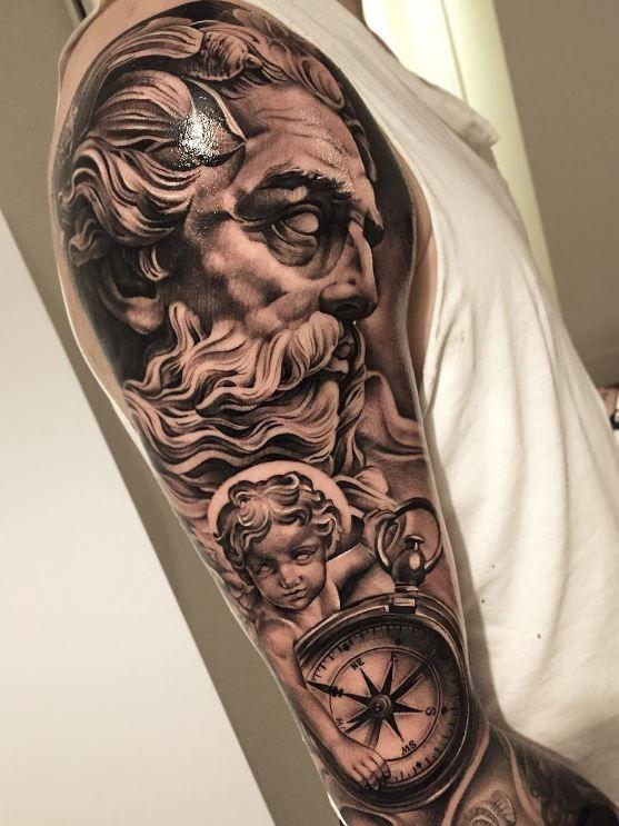 Tatuaje Griego de dios en brazo de hombre