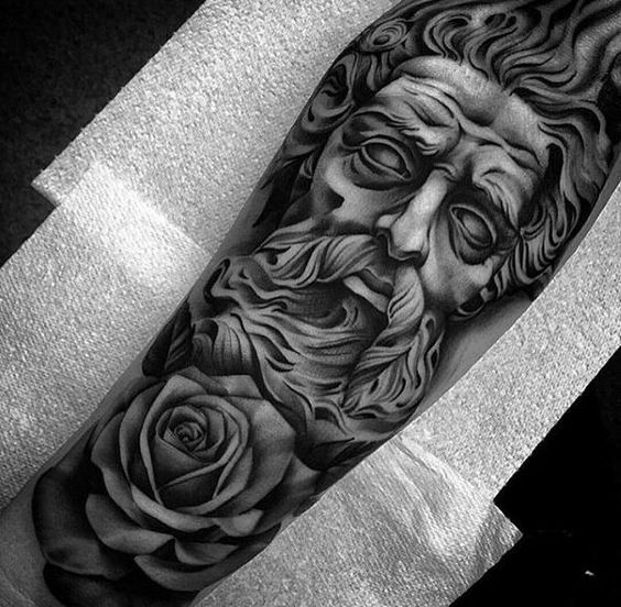 Tatuaje Griego en Barazo de hombre