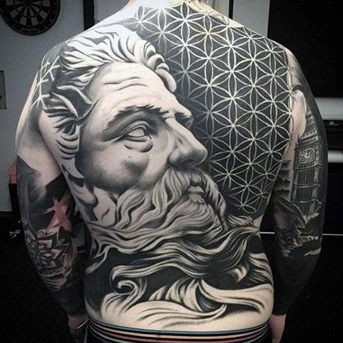 Tatuaje Griego en espalda completo blanco y negro