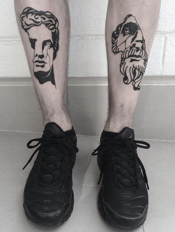 Tatuaje Griego en las pantorrillas