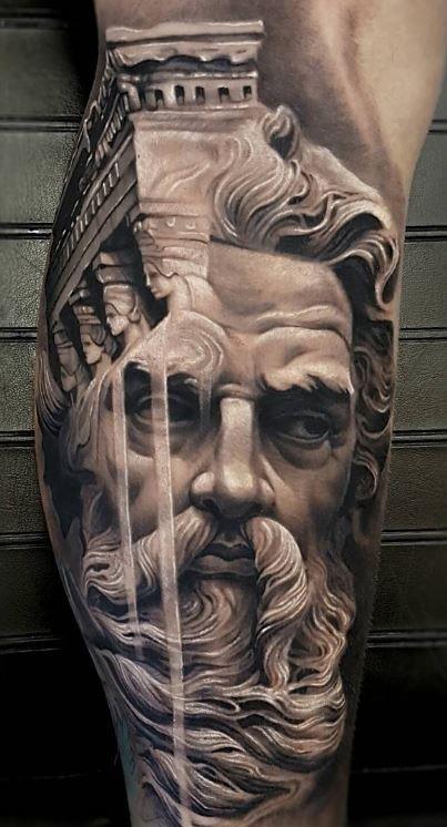 Tatuaje Griego zeu8s en brazo de hombre