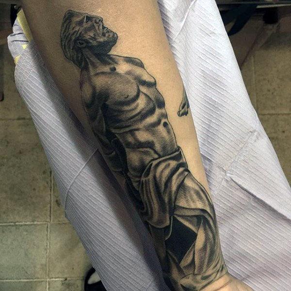 Tatuaje griego de ancestro en antebrazo de hombre