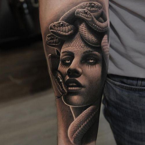Tatuaje griego de mujer con serpientes