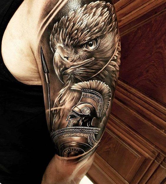 Tatuaje griego en el hombro de hombre