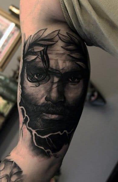 Tatuaje griego en hombre