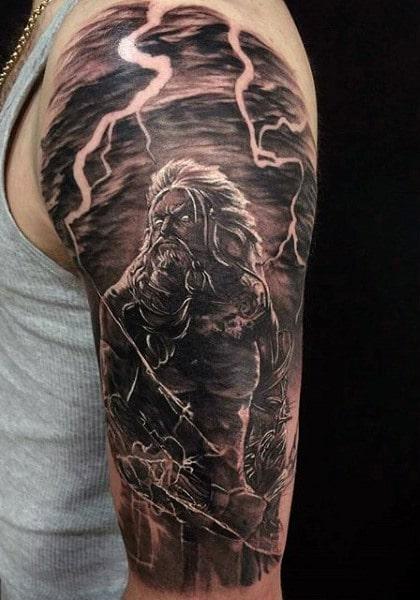 Tatuaje griego en hombro de hombre