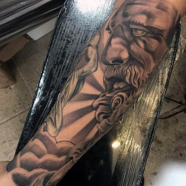 Tatuaje griego para hombre antebrazo