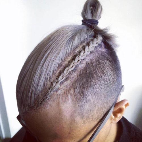 Trenza a un lado en hombre con corte de pelo moderno