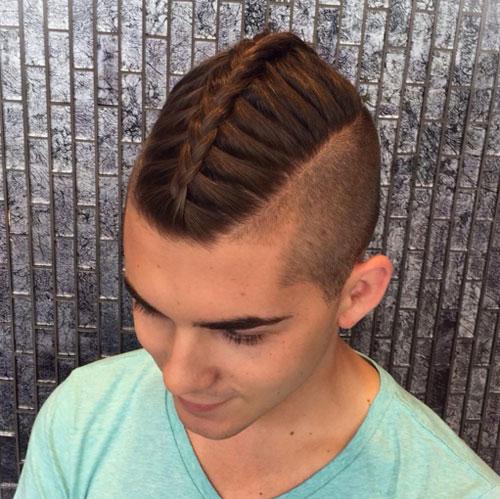 Trenza mohicana a rriba con pelo corto a los lados